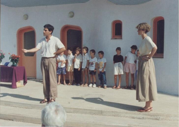 1989: מיכל בן שלום (מימין) וגלעד גולדשמידט מזמינים את תלמידי כיתה א' בהרדוף