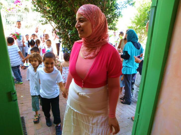 2012: חסנה סוואד, מחנכת כיתה ב' בבית הספר הדו-לשוני בח'ילף, נכנסת בשערי בית הספר החדש (ראו איגרת 19). צילום טל גליק.