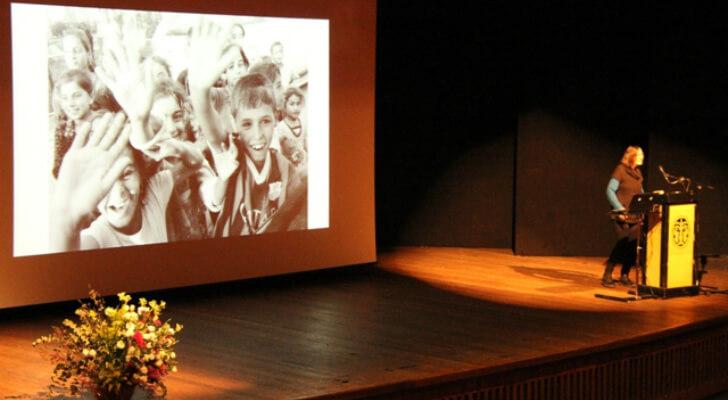 סטפני אלון מספרת על המשלחת לכורדיסטאן. ברקע הילדים מביעים את תודתם