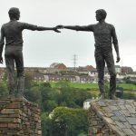 """פסל """"ידיים מושטות מעל תהום"""", Maurice Harmon: Hands Across the Divide , אירלנד הצפונית"""