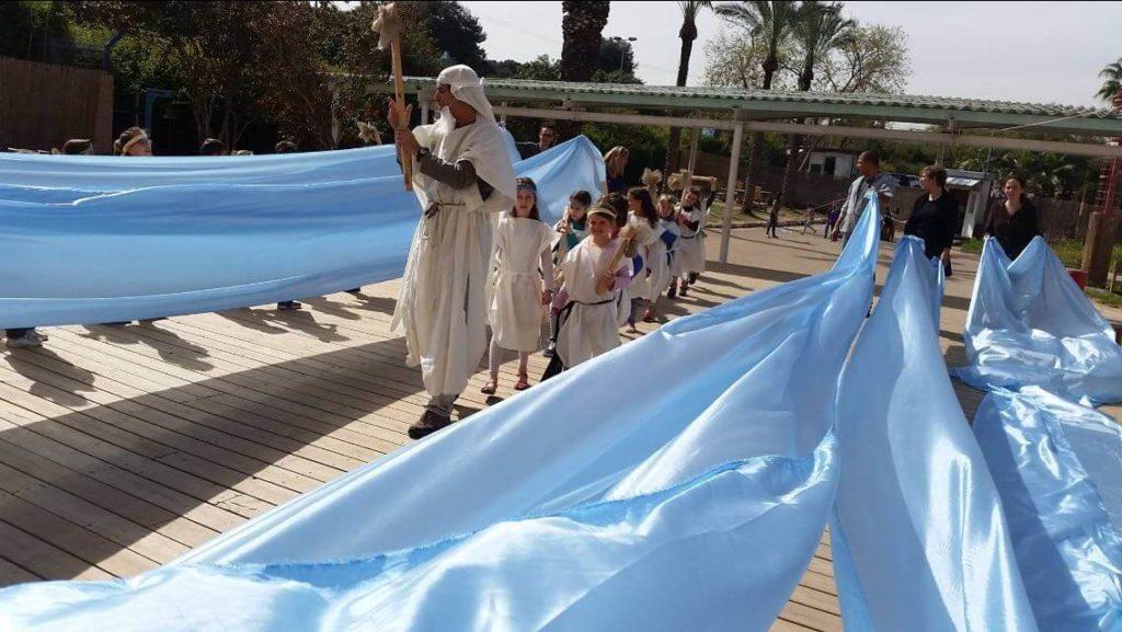 ילדי בית חינוך אביב חוגגים את היציאה ממצרים, פסח 2016. צילום בית חינוך אביב (1)