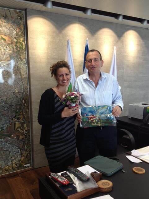 רון חולדאי מקבל מתנה מבית חינוך אביב