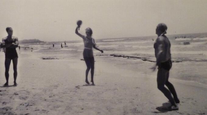 """""""חופים בתל-אביב"""", 1931 . צילום: דרור אבי"""