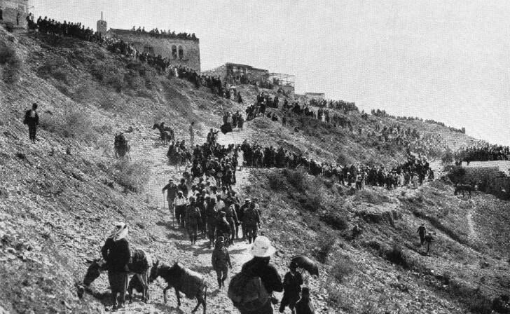 בתמונה: עולים לרגל לקבר רבי שמעון בר יוחאי בהר מירון, שנת 1920. מקור: ויקיפדיה.