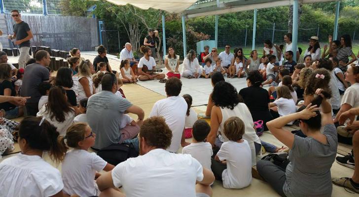 מעגל שירה של מחנכת כיתה א' עם תלמידי הכיתה והמורים. צילום שיר כהן