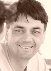 ארמן טאוגו. מורה רוחני יליד ארמניה, משמש כיום ככומר בגרמניה. מלווה את הקהילה הרוסית ברחובות מספר שנים ומגיע לכל ארועי שבוע השלום.