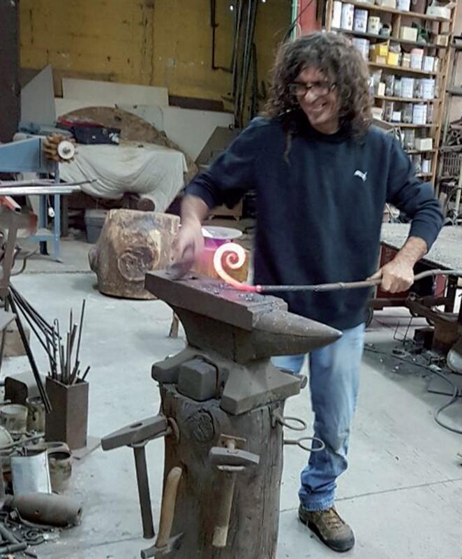ביקור כיתה ג' אצל חרש ברזל. תמונת עתיד: עבודה בחומרים קשים. צילום: נואית פסקרו