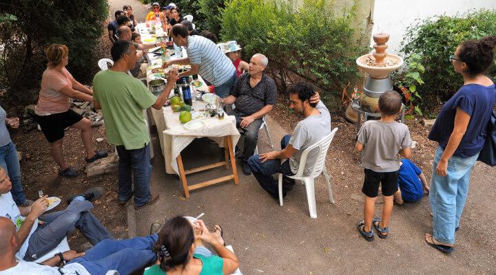 ארוחה שכונתית בפיאצה. צילום- טל גליק