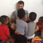 סטודנט בגן לילדי פליטים אריתראים