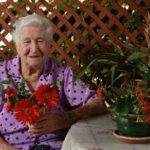 בצילום: רוזה מענית. נולדה ב-1907 ברוסיה ועלתה למושב נהלל עם הוריה כשהייתה בת 16. בשנת 1954 התיישבה עם בני משפחתה בירוחם כדי לסייע בהקמת העיירה, וב-1984 שבה להתגורר בנהלל, קרוב לבני משפחתה