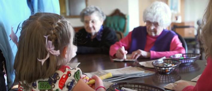 קשישות וילדות בבילוי משותף בבית אבות משולב בגן ילדים, מתוך הסרט The Growing Season