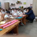 לנא ביום המשפחה עם כיתה א' בבית ספר זומר רמת גן. הילדים הכינו מתנות - סלסלה מקיפולי נייר ושרשרת חרציות - כפי שמקובל לעשות ביום האם בשפרעם