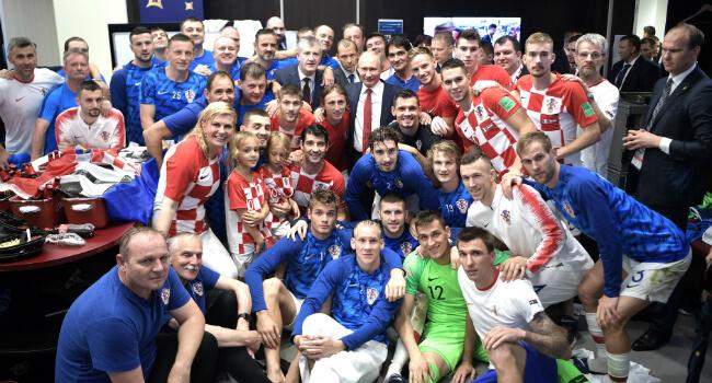 נבחרת ונשיאת קרואטיה מצטלמים עם פוטין לאחר גמר המונדיאל. מקור: ויקיפדיה