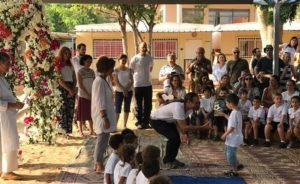 צמד המורים של כיתה א' באלומות מקבל תלמיד חדש