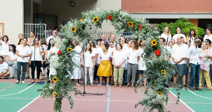 שער הפרחים על רקע מקהלת מורי בית ספר זומר