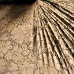 """תחרה טבולה באדמה, פרט מ""""לחם מן הארץ, חלום מן הארץ"""", דפנה ילון, ירושלים 2013. צילום: שלומית יעקב"""