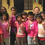 בתמונה: יעלי ותלמידי בית הספר האנתרופוסופי בעמק קטמנדו. צילום: בן מורג