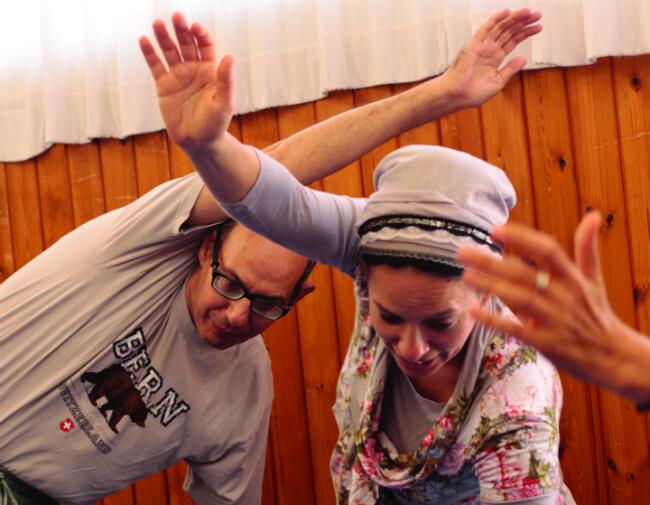 אפרת רוזנברג הפיזיותרפיסטית עם אפרים סבג, מראשוני הכפר. צילום: גל לוי