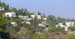 נווה שלום, 2013 מראה כללי של הבתים ביישוב. מקור: MathKnight וויקיפדיה
