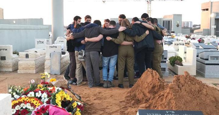חבריו של יאיר חלבלי מתאבלים על קברו