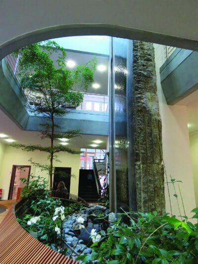 מפל המים בכניסה למטֵה הבנק, עבודת אמנות של ארכיטקט הבניין לותר ברכט