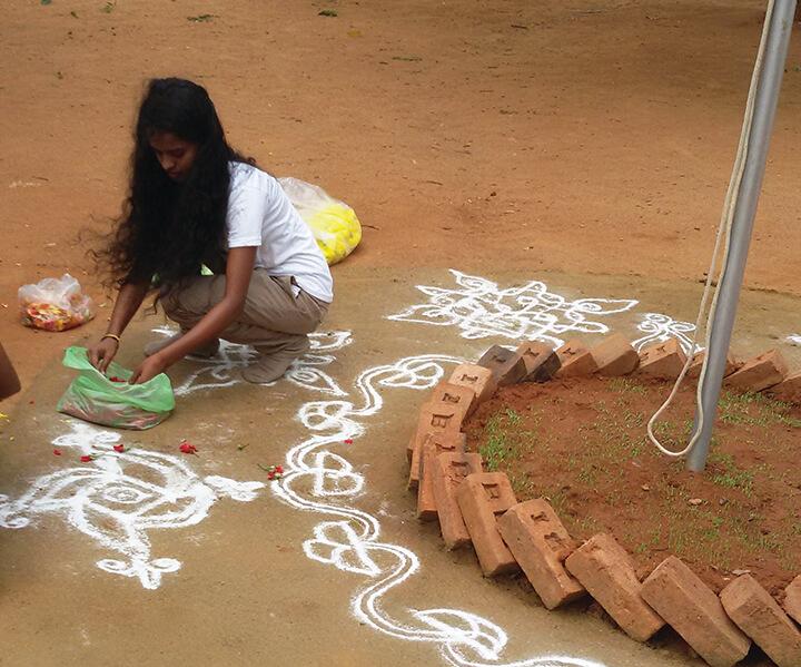 ציורי קמח אורז (רנגולי) ליום העצמאות, בית ספר ולדורף, בנגלור. צילום: מיכל ב.ש.