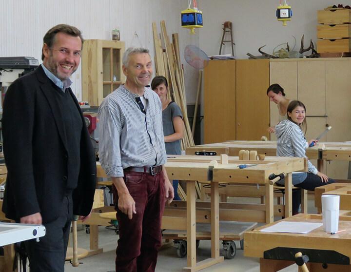 פרופ' יוסט שירין (משמאל) ותלמידים בסדנת העץ באוניברסטית אלאנוס
