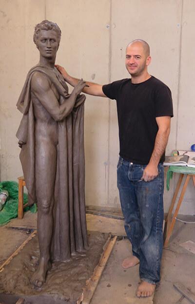 רפאל גנבר, סטודנט ישראלי לאמנות באלאנוס, והפסל היווני שלו