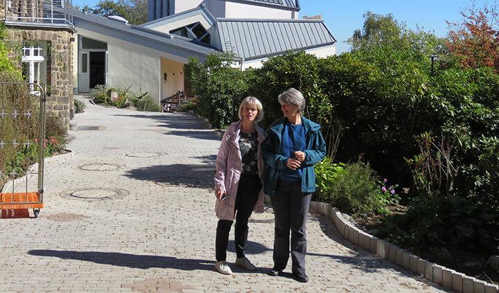 מריון קורנר (מימין) ואנטיה בק בקמפוס הכשרת המורים בוויטן-אנן
