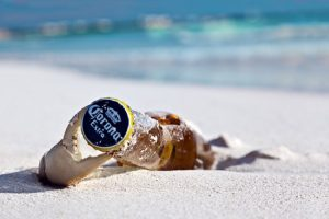 המחשה: בקבוק בירה קורונה על החוף