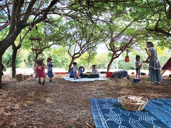 קשובים למקצב האדמה. ״פלא״, תל אביב צילום: קבוצת חינוך יער פלא
